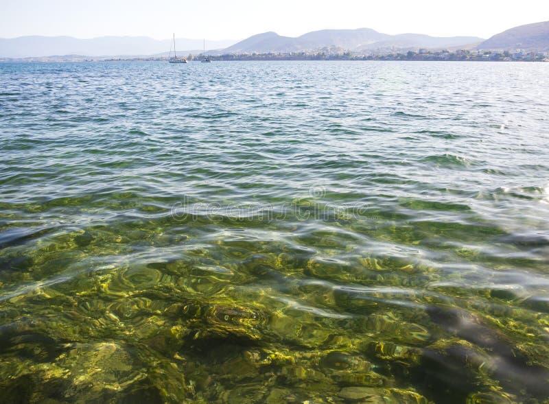 Panorama's van overzees, de bergen en de jachten op het strand van Liani Ammos in Halkida, Griekenland op een Zonnige de zomerdag royalty-vrije stock foto's