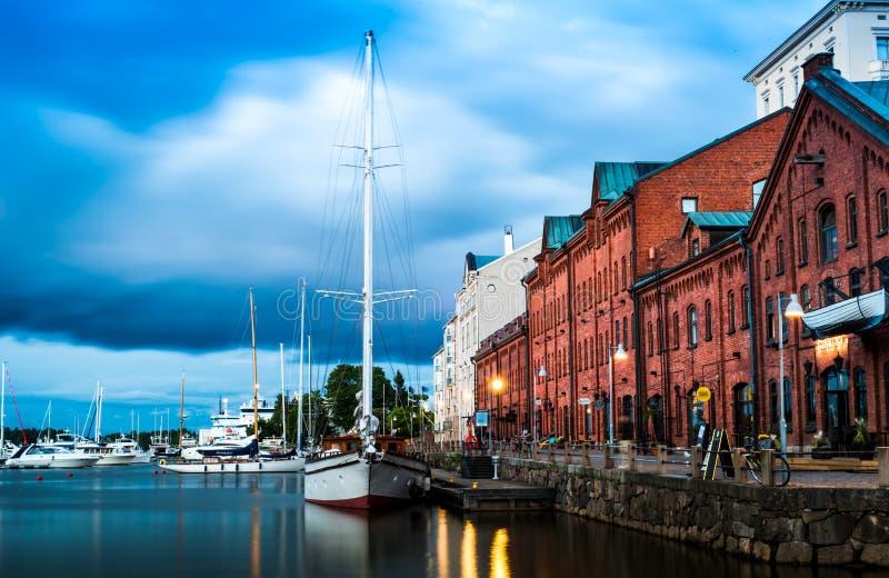 Panorama scénique de soirée d'été de l'architecture de pilier de vieux port avec les bateaux, les yachts et les bateaux historiqu image stock
