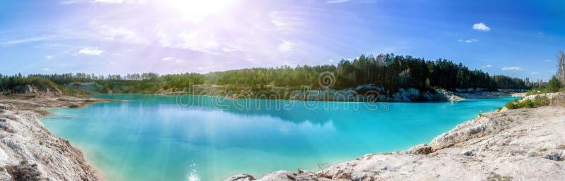 Panorama sceniczny zalewający gliniany łup z turkus wodą w ranku słońcu zdjęcie royalty free