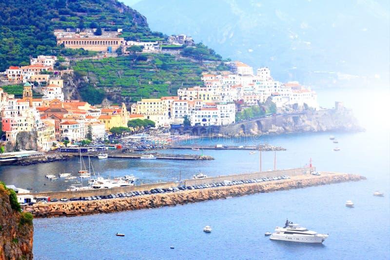 Panorama- scenisk sikt av den Amalfi kusten, Italien, i sommar med traditionell italiensk arkitektur p? berg, h?rlig bl royaltyfria foton