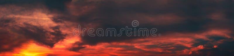 Panorama schön von der abstrakten ALTOSTRATUS-Wolke im Dämmerungshintergrund für Prognose und Meteorologiekonzept lizenzfreie stockfotos