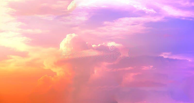 Panorama schön von der abstrakten ALTOSTRATUS-Wolke im Sonnenunterganghintergrund für Prognose und Meteorologiekonzept stockfotos