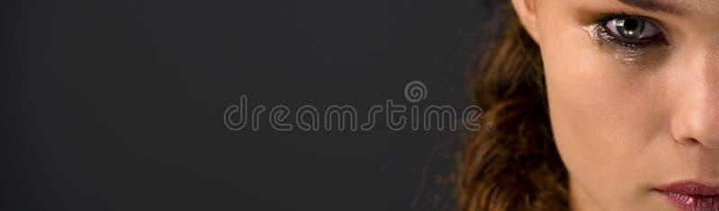 Panorama schöner Brunette in Tränen über Grau lizenzfreies stockbild
