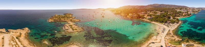 panorama- seascape Folket vilar på stranden, yachter i fjärden Sommartid Playa de Illetas strand, Palma de Mallorca arkivbild