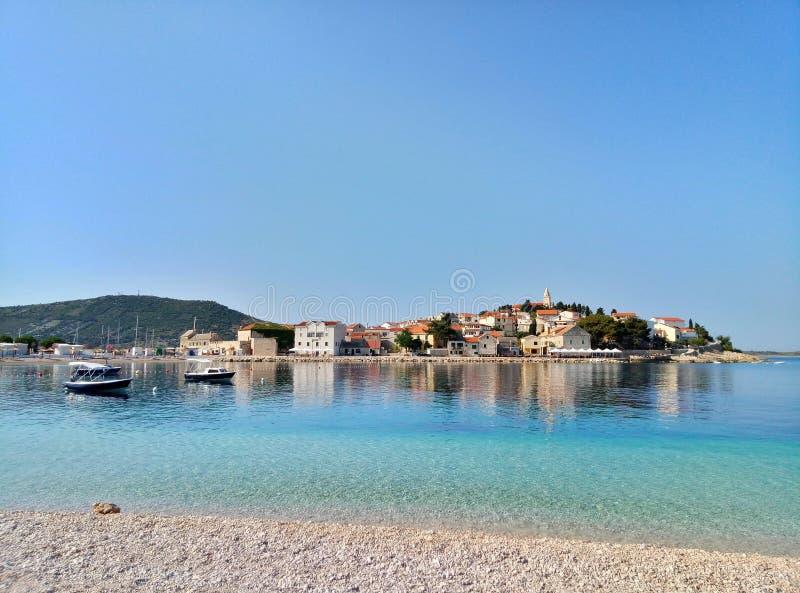 Panorama- seascape och cityscape på staden av Primosten i Kroatien över det blåa havet arkivbilder