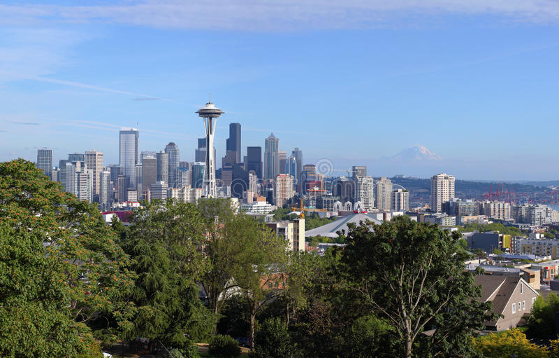 Panorama Seattle-Washington u. Mt. regnerischer. stockfotografie