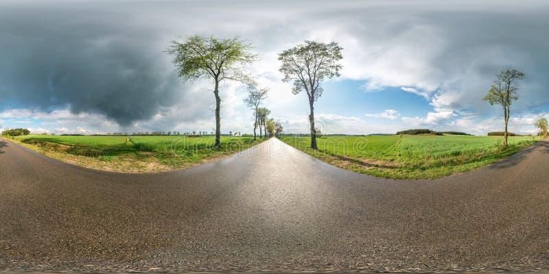 Panorama sem emenda esférico completo 360 graus de opinião de ângulo em nenhuma estrada asfaltada do tráfego entre a aleia e camp fotos de stock royalty free