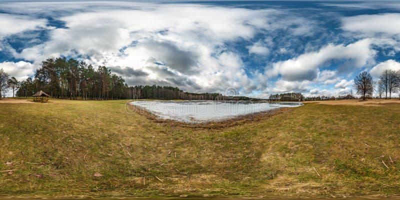 Panorama senza cuciture sferico completo di hdri di inverno 360 gradi di vista di angolo sulla strada in parco con cielo blu con  immagine stock libera da diritti