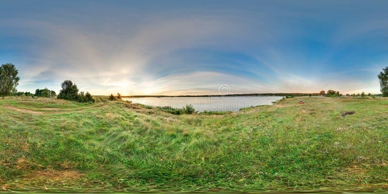 panorama sferico 3D con l'angolo di visione 360 Aspetti per realtà virtuale o VR Alba alla banca del lago Verde fresco immagine stock libera da diritti