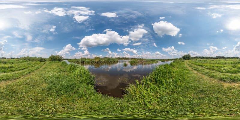 Panorama sferico di hdri 360 gradi di vista di angolo sulla costa dell'erba del lago o del fiume enorme nel giorno di estate sole immagini stock libere da diritti