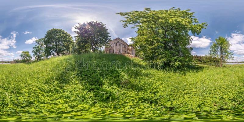 Panorama sferico senza cuciture completo di hdri 360 gradi di vista di angolo vicino al complesso rovinato del parco e del palazz fotografie stock