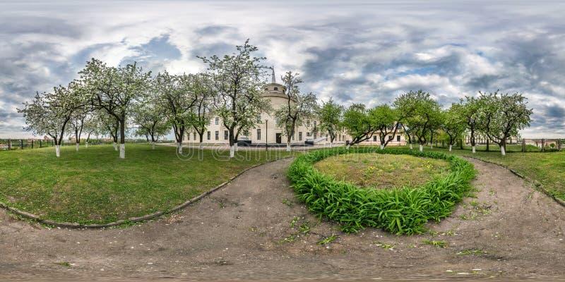 Panorama sferico senza cuciture completo 360 gradi di vista di angolo nel frutteto di fioritura del giardino della mela nella pro fotografia stock