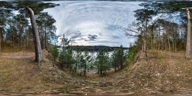 Panorama sferico senza cuciture completo 360 gradi di vista di angolo sull'alta banca di ampio neman del fiume nella sera con le  immagine stock libera da diritti