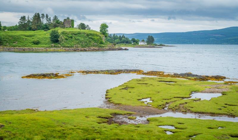 Panorama- sikt i ön av Mull med den Aros slotten i bakgrund, Skottland fotografering för bildbyråer