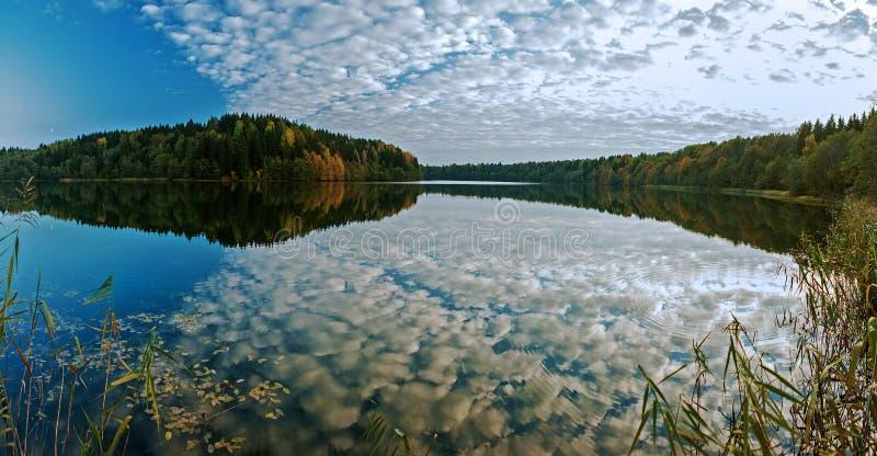 Panorama sjö Ginkovo Reflexion av himlen i vatten arkivfoto