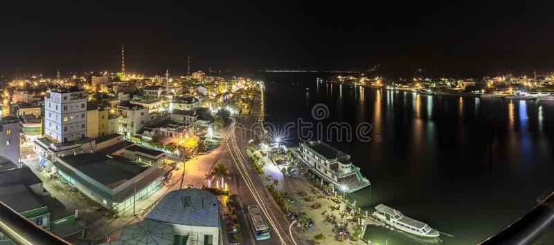 Panorama- skönhet av den mummelTien staden på natten arkivfoto