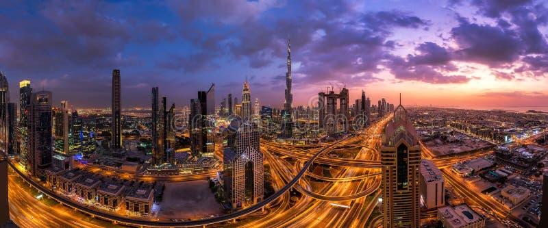 Panorama sköt från det Dubai centret på solnedgången royaltyfri fotografi