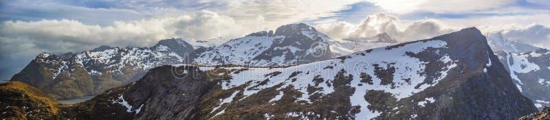 Panorama- skott av den härliga panorama- platsen, berget och fjorden, royaltyfri foto