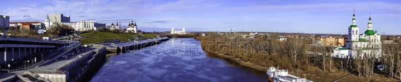 Panorama- skott av den Tura floden i Tyumen royaltyfri foto