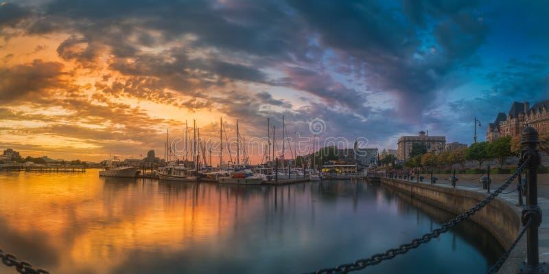 Panorama-skott i färggrann skymning vid Victoria Harbour royaltyfria foton