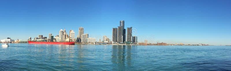 Panorama skyline do Detroit, Michigan com o cargueiro no primeiro plano fotografia de stock royalty free