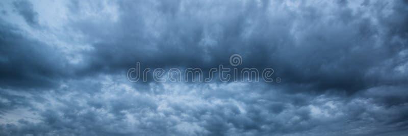 Panorama skyscape des drastischen stürmischen Himmels stockfotos