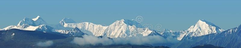 Panorama Snowbound delle montagne fotografie stock libere da diritti