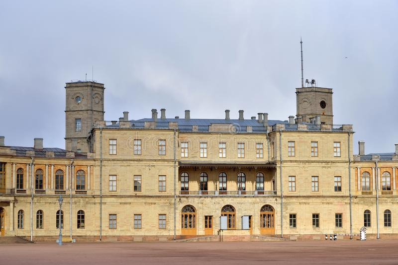 Panorama sob nuvens do palácio grande em Gatchina fotografia de stock royalty free