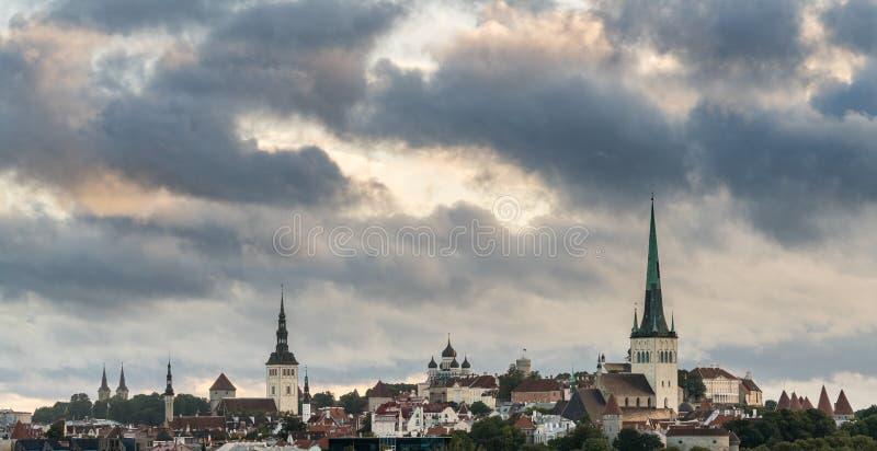 Panorama sobre la ciudad vieja de Tallinn en Estonia foto de archivo