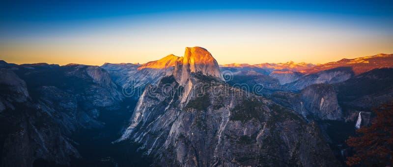 Panorama- solnedgångsikt av den halva kupolen från glaciärpunkt i Yosemi royaltyfri fotografi
