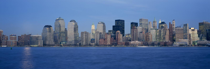 Panorama- solnedgångsikt av Lower Manhattanhorisont, NY var internationell handeltorn lokaliserades arkivbild