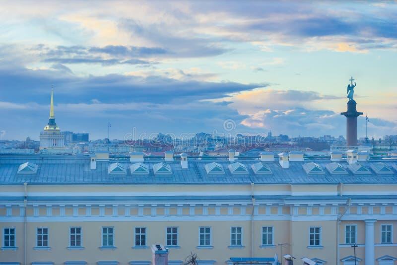 Panorama- solnedgångsikt av mitten av St Petersburg, Alexander Column och tornspiran av den Amiralitetet veronikan royaltyfria foton