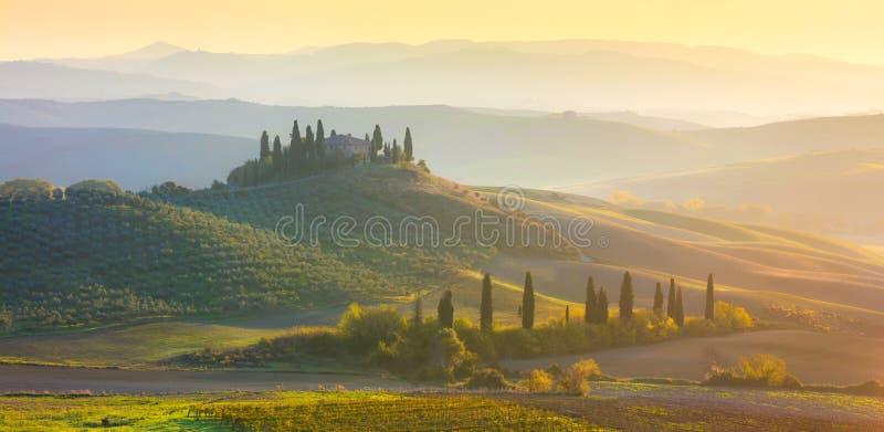 Panorama- soluppgångmorgonTuscany landskap med härliga kullar fotografering för bildbyråer