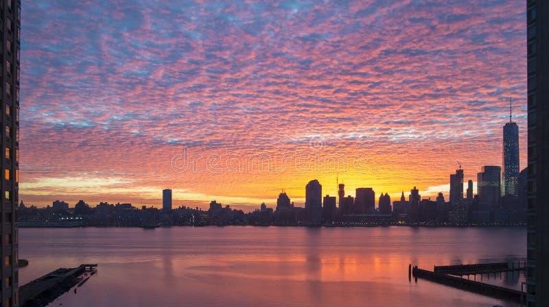 Panorama sonhador colorido do nascer do sol de Manhattan do si de New-jersey imagem de stock