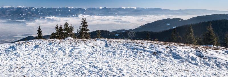 Panorama spectaculaire de montagne d'hiver de colline de Mincol en montagnes de Mala Fatra en Slovaquie photo stock
