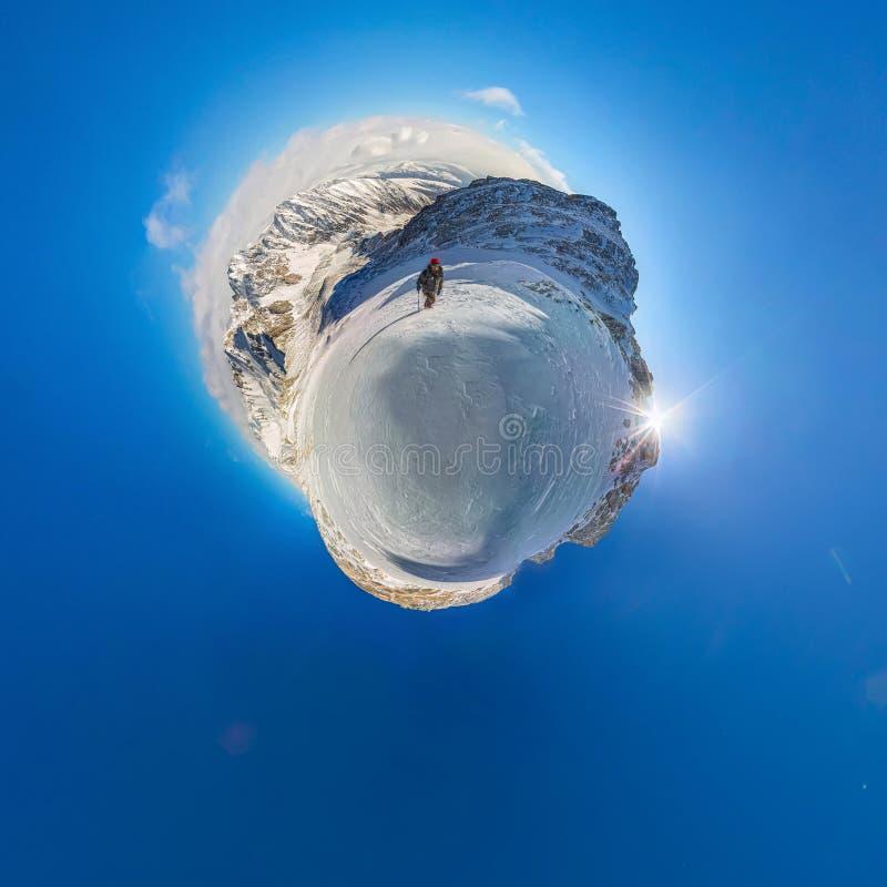Panorama sphérique 360 randonneur de 180 montagnes pour escalader une montagne de photos libres de droits
