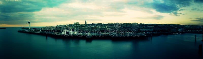 Panorama-Stadt durch das Meer lizenzfreies stockbild