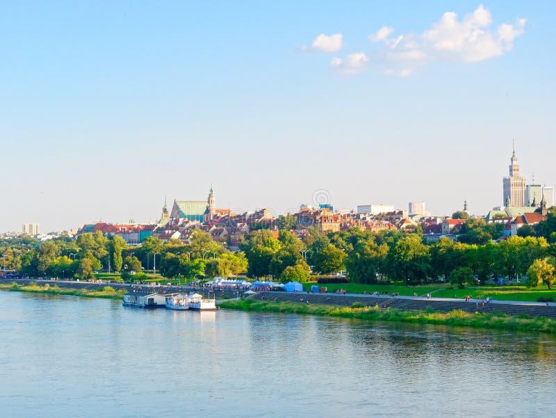 Panorama starzy drapacze chmur w Warszawa i miasto Obok bulwarów i Vistula obrazy stock