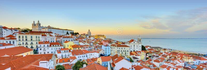 Panorama storico della città di Lisbona, architettura di Alfama fotografia stock libera da diritti