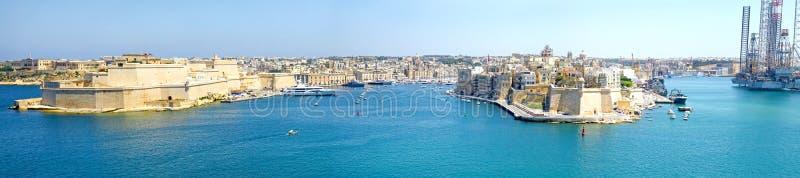 Panorama- storslagen hamn av Valletta, Malta Panorama- storslagen hamn av Valletta, Malta Medeltida fort med bastioner, tre Cit royaltyfri fotografi