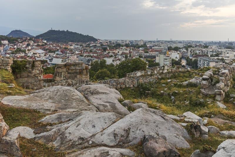 Panorama stupéfiant de nuit à la ville de Plovdiv photographie stock libre de droits