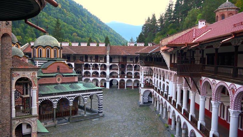 Panorama stupéfiant des collines vertes, des lacs Rila et du monastère de Rila, Bulgarie photos stock
