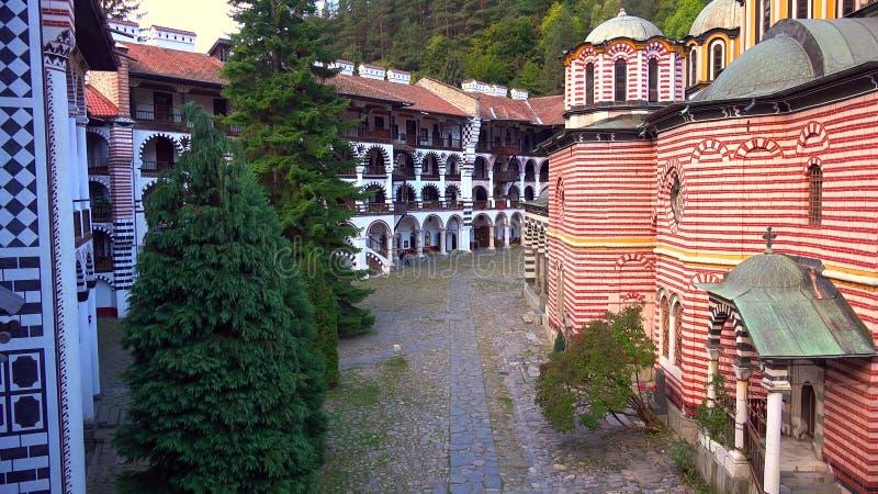 Panorama stupéfiant des collines vertes, des lacs Rila et du monastère de Rila, Bulgarie image stock