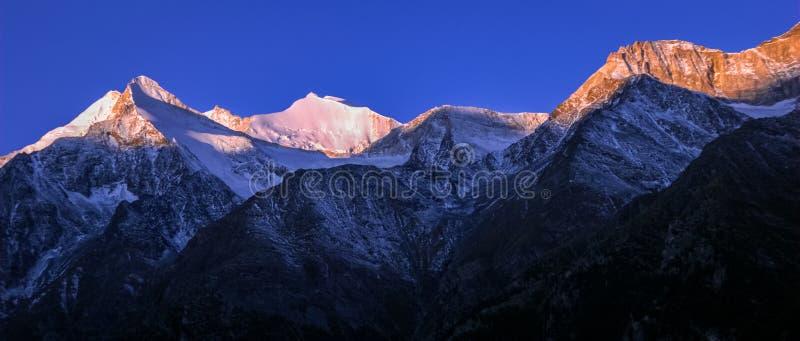 Panorama suíço da montanha perto de Grachen durante o nascer do sol Vancôver, Suíça fotos de stock