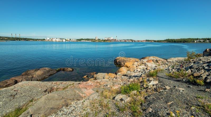 Panorama sueco de la costa de mar del verano con el fondo de la ciudad de Karlshamn imagenes de archivo