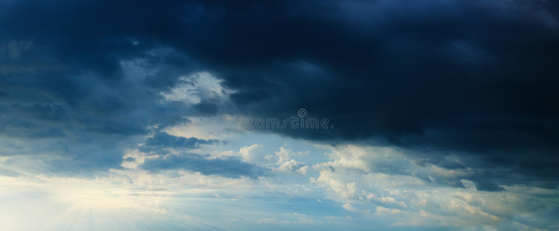 Panorama - Sunbeams im stürmischen dunklen bewölkten Himmel lizenzfreie stockfotografie