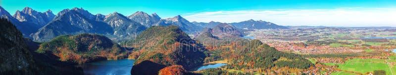 Panorama sur l'Alpsee et le village de Schwangau en automne photos stock