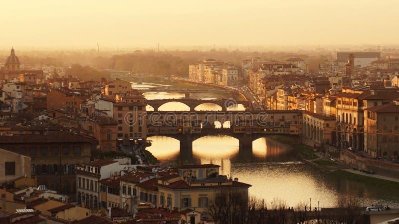 Panorama surpreendente do por do sol de Florença com ponte Ponte Vecchio e outro pontes, Florença, Itália imagens de stock