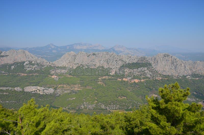 Panorama Taurus Mountainss auf dem Hintergrund eines blauen Himmels des Sommers an einem sonnigen Tag nahe Antalya, die Türkei stockfotos