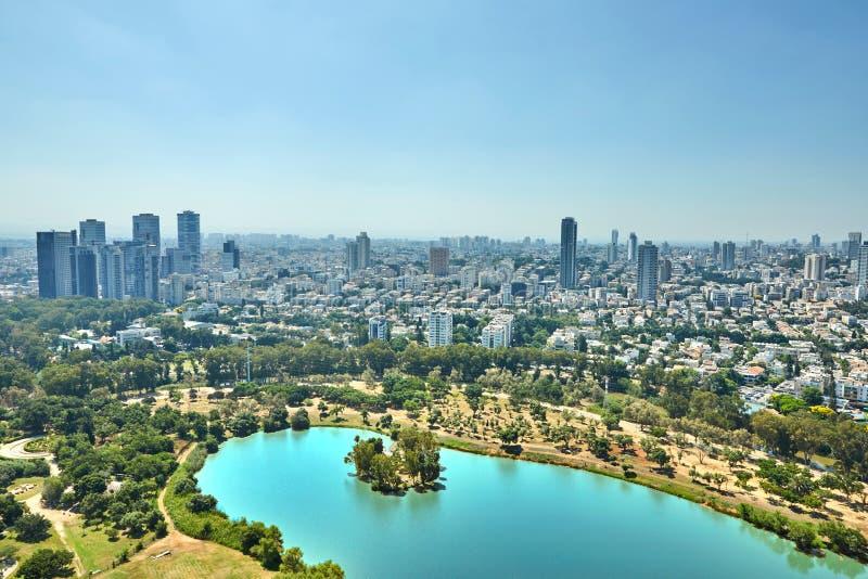 Panorama Tel Aviv que pasa por alto el distrito del centro de negocios de Tel Aviv y el lago en el parque de Ayarkon imágenes de archivo libres de regalías